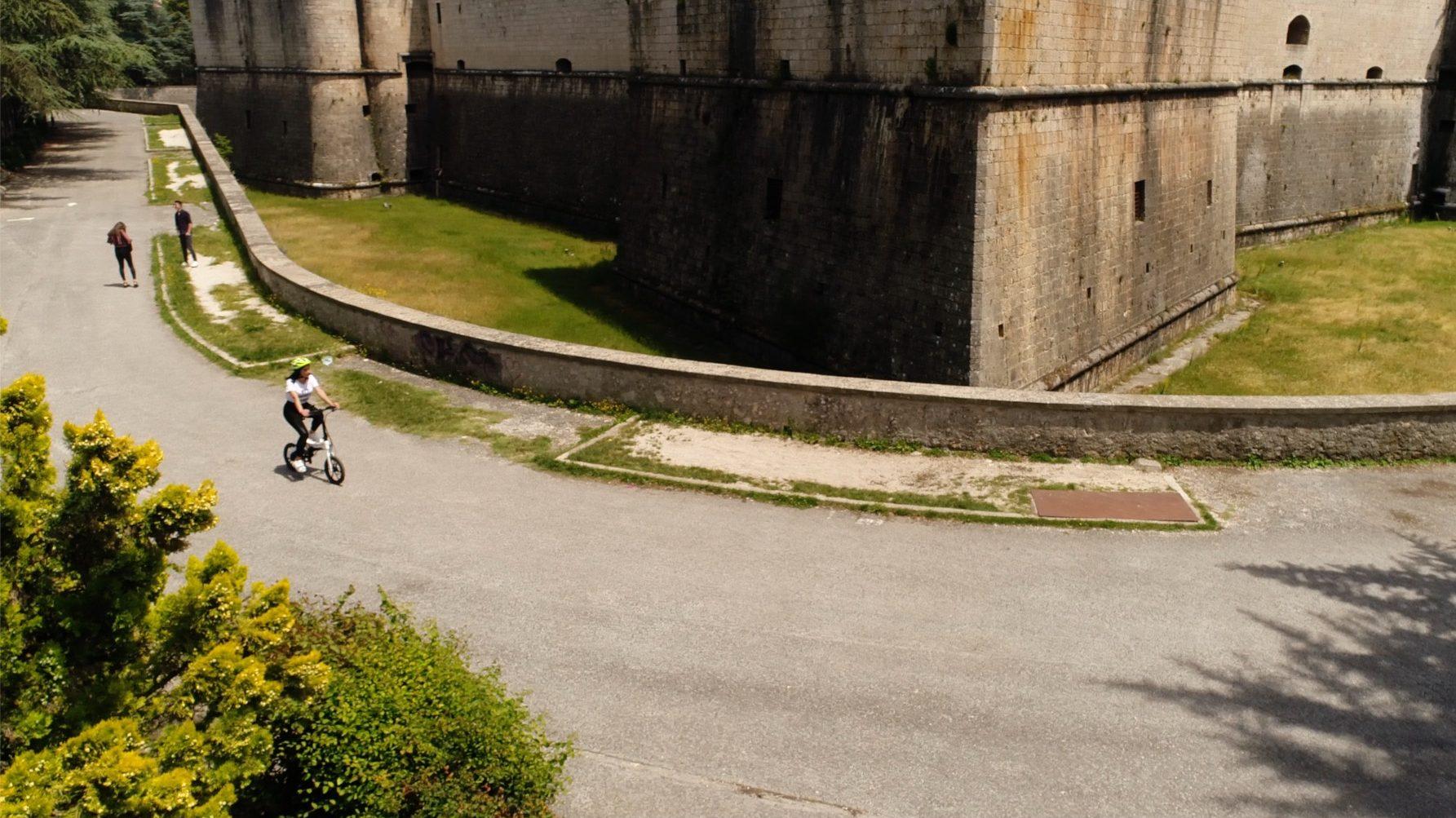 riprese droni roma castello medievale bicicletta ragazza